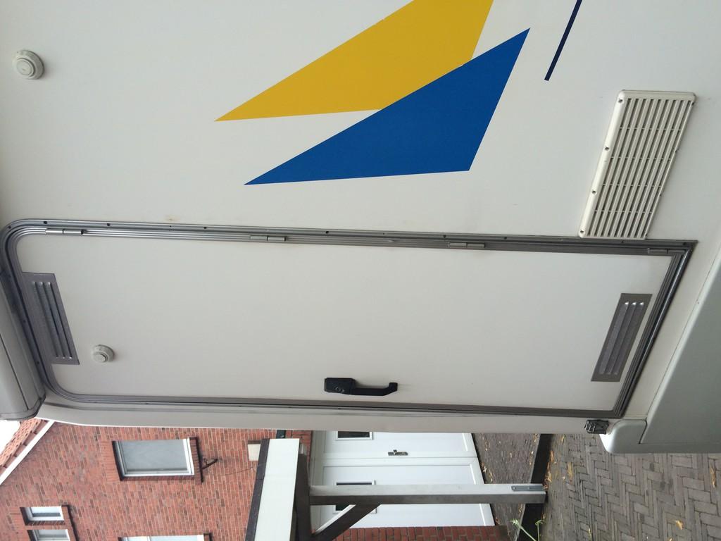 Wie baut man diese Türe aus? - Wohnmobil Forum Seite 1