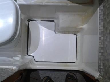 die vorbesitzer haben die risse not repariert mit panzerband und nur noch extern deduscht sie haben sich ne einlage anfertigen lassen aus moosgummimatte - Wohnmobil Dusche Reparieren