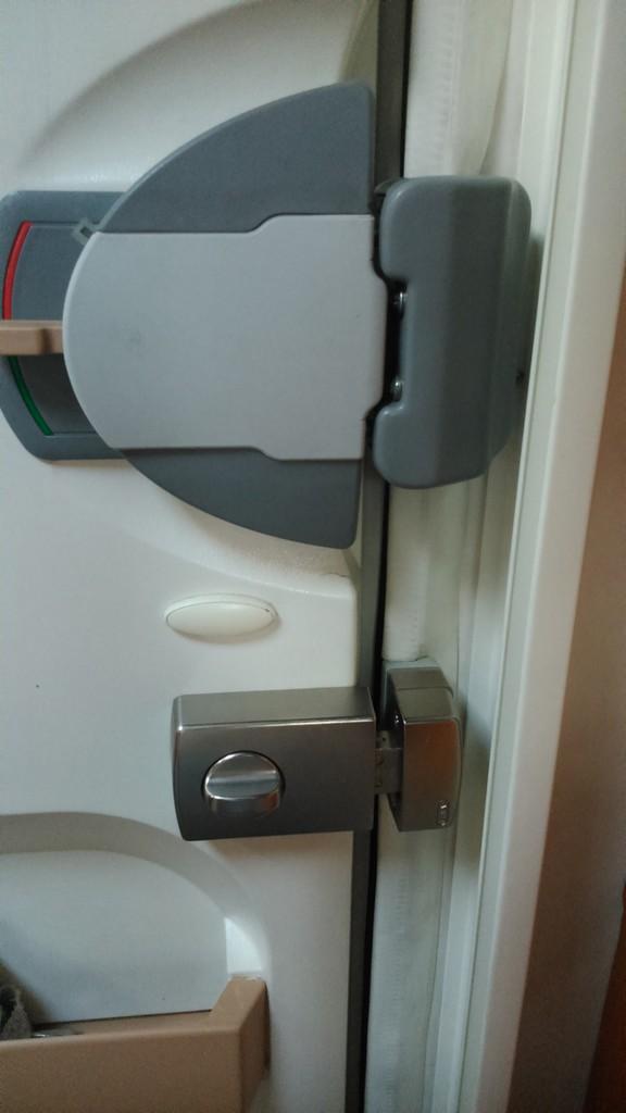 S 90 3 >> zusätzliches Sicherheitsschloss an der Wohnraumtür ...