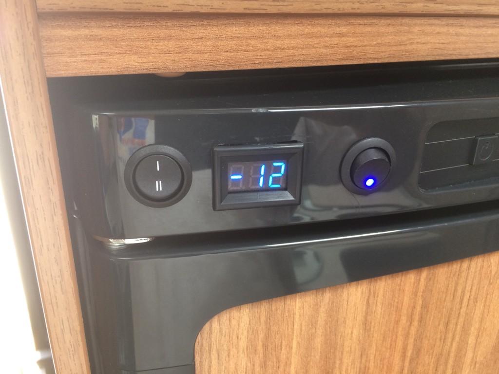 k hlschrank temperaturanzeige und l fter im t447 wohnmobil forum seite 1. Black Bedroom Furniture Sets. Home Design Ideas