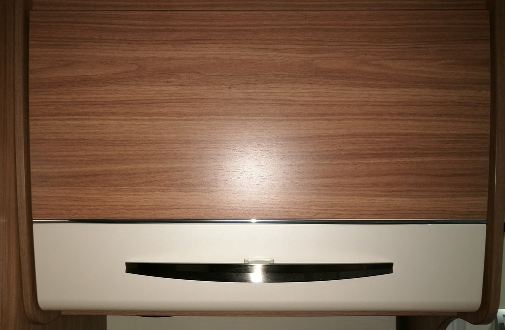Kühlschrank Zierleiste : Neue chrom zierleisten an den hängeschränken carado wohnmobil