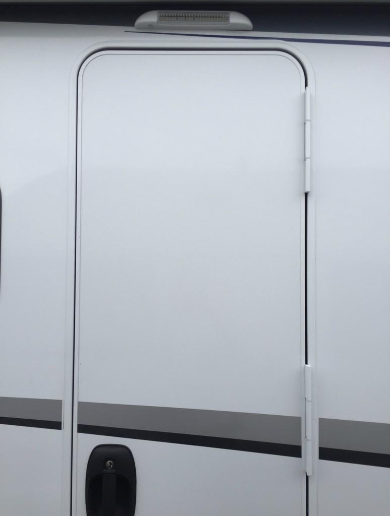 Knaus van i l sitzgruppe oder t r mit fenster nachr sten for Fenster wohnmobil