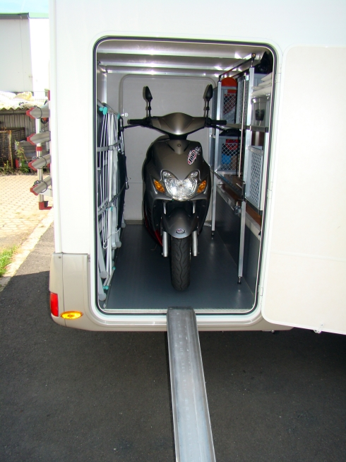 wie soll ich den motorroller in der heckgarage sichern. Black Bedroom Furniture Sets. Home Design Ideas