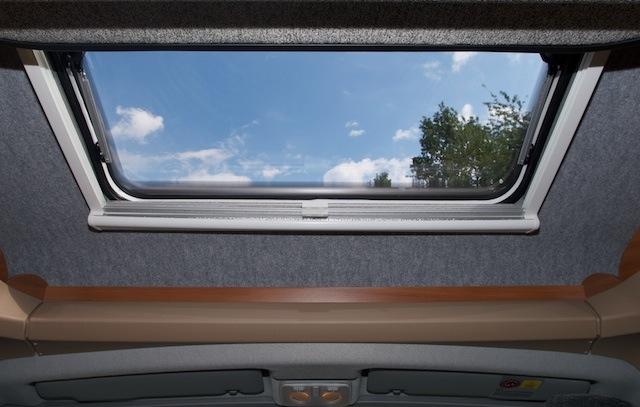 erfahrung mit dachfenster im knaus sky wave 650. Black Bedroom Furniture Sets. Home Design Ideas